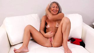 American mature lady fingering herself