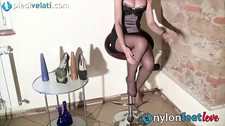 Redhead in pantyhose takes off her heels and shows foot sole