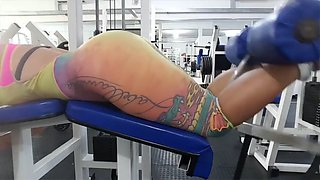 brasilera fitness culona en calzas con camel