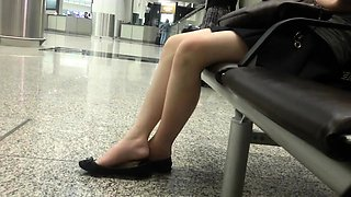 Amateur babe flaunts her sexy legs and lovely feet in public