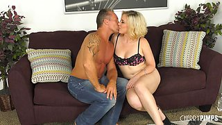 Blonde chubby slut loves to ride her man's big-dick