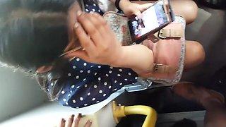 Blancona rica con lentes en el bus