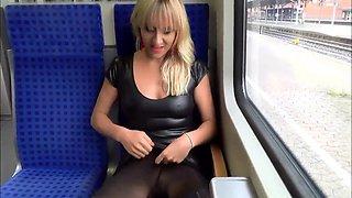 Heiße Hardcore-Blondine fickt und saugt Schwanz im Zug