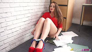 Gorgeous mommy Sophia Delane demonstrates her up-skirt view