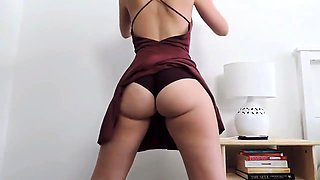 Bodacious camgirl stripteases and reveals her amazing curves