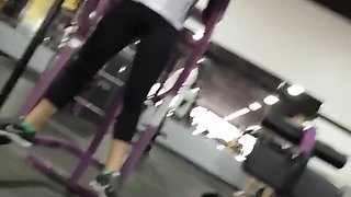 Gym voyeur watches fit girl's ass