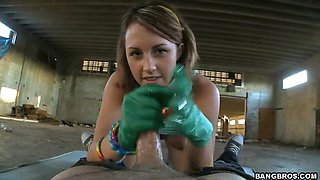Amateur Bella Cole in latex gloves does oral and hand job