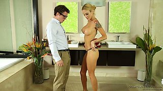 Stunning masseuse Sarah Jessie provides client with unforgettable pleasure