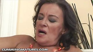Mature brunette granny loves to finger her pussy and use