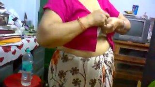 Desi Mature Aunty Saree Change Showing Big Boobs In Bra