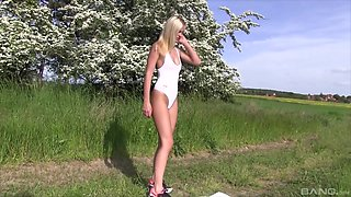 Joleyn Burst loves working out and masturbating on a summer day